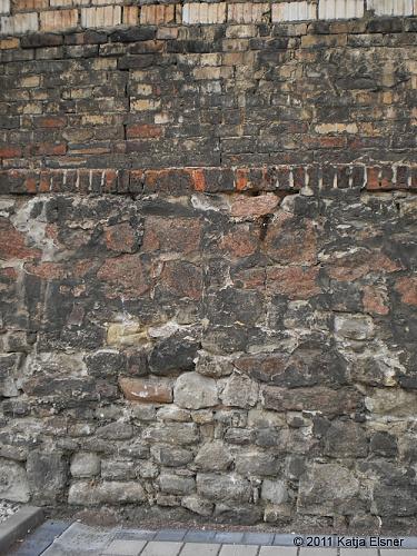 Sind in diesem Mauerstück Steine der alten Stadtmauer verbaut worden?